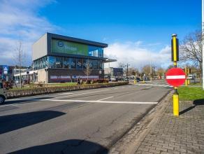 Kantoor of commerciële ruimte (283m²) gelegen aan het Station van Brugge, perfect zichtbaar van op de ring. Schitterende groene zichten op M