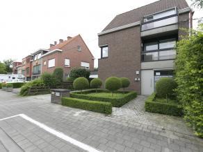 Deze mooi afgewerkte woning met handelsruimte situeert zich op de stadsrand van Kortrijk, op 5 min. fietsen van het centrum. Gelegen in een doodlopend