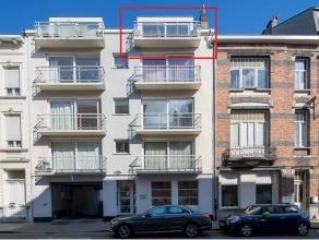 Dit te renoveren duplexappartement op de bovenste verdieping ligt vlakbij station Gent-Sint-Pieters en biedt een uitstekende verbinding naar het centr