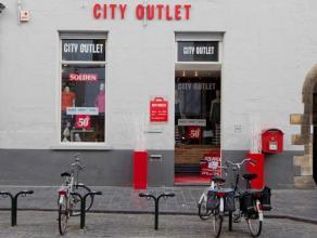 Instapklaar handelsgelijkvloers in het centrum van Brugge.<br /> <br /> Indeling:<br /> - gelijkvloers bestaande uit winkelruimte, sanitaire voorzieni