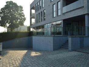 Het appartement is gelegen op de tweede verdieping van de rustige residentie 'Odiel Defraeye' vlakbij het centrum van Rumbeke. <br /> <br /> Het appar