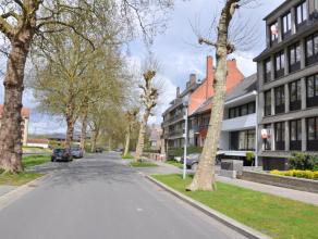 Prachtig gerenoveerde duplex met 2 slaapkamers en garagebox. Gelegen nabij het centrum van Brugge.<br /> <br /> Indeling:<br /> 4°V.: Inkom met ap