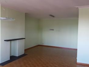 1082 Bruxelles - Spacieux appartement 2 chambres situé au 5ième étage disposant d'un hall d'entrée (parlophone), un living