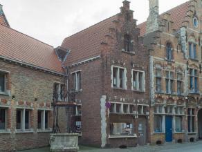 Goed gelegen handelspand in het centrum van Brugge recht tegenover de Sint-Jakobskerk.<br /> <br /> Indeling:<br /> > Handelspand bestaande uit win
