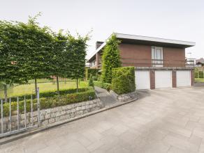 Deze ruime woning met handelsruimte/kantoor op 1.210 m² grond heeft 6 slaapkamers, aangename tuin en 3 garages.<br /> <br /> INDELING<br /> -Hand