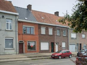 Deze woning is opgetrokken op een perceel van +/- 150m² en is gelegen nabij het centrum van Roeselare.<br /> <br /> INDELING<br /> <br /> * Gelij