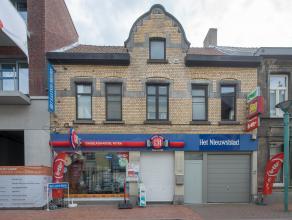 Deze woning met handelszaak is gelegen in het centrum van Roeselare. <br />  <br /> Gelijkvloers:<br /> ingerichte krantenwinkel, ruime living met zit