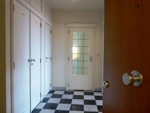 Via de ruime inkomhal (voorzien van drie uitgebreide verstiairekasten) krijgt men toegang tot het appartement. De dubbele glazen deur brengt u naar de