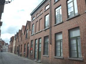 Deze woning is gelegen in hartje Brugge, en biedt 6 slaapkamers, een ruime woonkamer en een zongerichte tuin. Ideaal voor wie ruimte zoekt, en toch in
