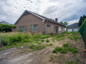 Te renoveren alleenstaande woning met een grondoppervlakte van 935m². Deze woning geniet van een ruime leefruimte, aparte keuken, bergruimte, 3 s