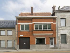 Volledig te renoveren huis met 4 slaapkamers en garage, gelegen op wandelafstand van het centrum doch op steenworp van de autostrade.<br />  De woning