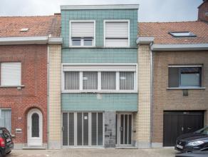 Deze woning is opgetrokken op een perceel van +/- 310 m² gelegen nabij het centrum van Rumbeke.<br /> <br /> INDELING<br /> <br /> Op het gelijkv