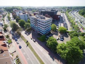 Kantoor op de tweede verdieping met strategische ligging op het kruispunt van Expresweg en Koningin Astridlaan.<br /> <br /> Indeling:<br /> - Kantoor