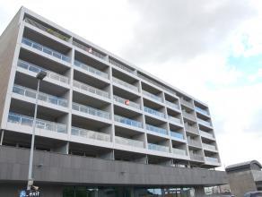 Prachtig ruim appartement op fantastische locatie, aan het station en dicht bij alle uitvalswegen (Expressweg, E40,...).<br /> Het appartement heeft 2