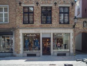 Handelsgelijkvloers op top commerciële ligging in de Noordzandstraat te Brugge.<br /> <br /> Indeling:<br /> > Volwaardige kelder (100m²)