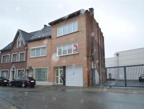 Interessante opbrengsteigendom gelegen in het centrum van Roeselare, omvattende twee appartementen, een ruime garage en twee bergingen.<br /> <br /> T