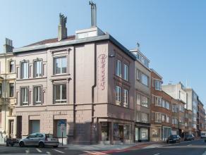 Dit ruime hoekpand met winkelruimte en bovenliggende woonst is gelegen te Oostende langs de Nieuwpoortsesteenweg en de hoek met de Renteniersstraat te
