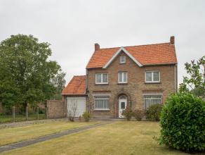 Dit vrijstaand te renoveren huis op een perceel van 1026m² wordt gekenmerkt door zijn unieke ligging met zicht op de poldervlaktes, maar toch vla