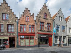 Commercieel gelegen handelspand met privé-appartement in het centrum van Brugge.<br /> <br /> Indeling:<br /> Hoofdgebouw met aanbouw bestaande