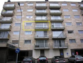 Ruim appartement in centrum Roeselare, op wandelafstand van de Ooststraat en Grote Markt.<br /> <br /> *Indeling:<br /> Inkomhal met vestiaire - ruime