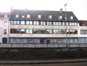 .Dakappartement (2°V.) gelegen nabij het centrum van Brugge met zicht op oude stadskern St.-Salvator. <br /> <br /> INDELING: <br /> - Inkomhal (5