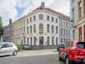 Brasserie met privé-appartement op een rustige ligging in het gekend Sint-Anna kwartier in het centrum van Brugge.<br /> <br /> Indeling:<br />