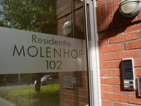 Het appartement omvat:<br /> een ruime inkom met apart toilet, woonkamer, keuken (voorzien van koelkast, kookplaat, dampkap, oven en micro), ruime ber