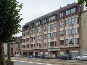 Dit appartement is uiterst centraal gelegen, vlakbij het Sint-Pietersstation, belangrijke uitvalswegen en op fietsafstand van het centrum van Gent. <b