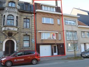 Dit ruim huis omvat: <br /> <br /> Gelijkvloers: <br /> - ruime bergplaats met aansluiting voor wasmachine/droogkast<br /> - berging<br /> - garage<br