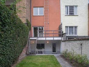 Deze gerenoveerde woning met stadstuin op 108m² grond bevindt zich op wandelafstand van het historisch centrum van Gent en op een boogscheut van