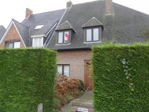 Ruime woning met 4 slaapkamers, tuin en dubbele garage. De woning is perfect gelegen, met een uitstekende verbinding naar E40 en E403. Alsook op een b