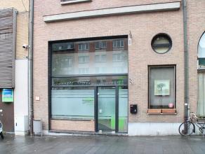 Handelspand/Kantoorruimte te huur in het centrum van Kortrijk. <br /> <br /> INDELING<br /> Handelsgelijkvloers van ca. 50m²<br /> Mezzanine van