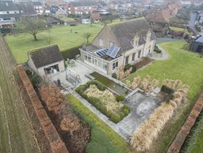 Op een grondoppervlakte  van +/-1.500 m² vinden we deze rustieke villa met drie slaapkamers te koop. Gelegen bij het centrum van Lichtervelde en
