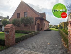 Op een grondoppervlakte van 1131m² vinden we deze landelijke villa met 4 slaapkamers te koop. Gelegen nabij het centrum van Maria-Aalter met goed