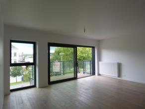 Dit appartement, met een oppervlakte van 104,7 m² situeert zich in het nieuwbouwproject 'Blaisantpark' te Gent. Via het ruime terras heeft men ee