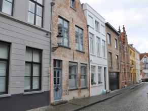 Gezellig gemeubeld huis met 3 slaapkamers in centrum Brugge.<br /> <br /> INDELING:<br /> Glvl.: Inkom - woonkamer (15 m²) - eetruimte (16,5 m&su