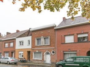 Dit huis met 3 slaapkamers is gelegen nabij invalswegen, openbaar vervoer en ligt op fietsafstand van het centrum.<br /> De woning werd volledig geren
