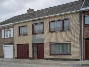 Deze vlot bereikbare burgerwoning is opgetrokken op een perceel van ca. 480 m². De woning is gelegen nabij belangrijke uitvalswegen en geniet van