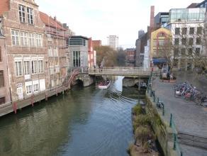 De toegang van dit exclusieve appartement bevindt zich op de Vrijdagmarkt, vlakbij het kanon de Dulle Griet. Met zijn meer dan 300 m² zijn er tal