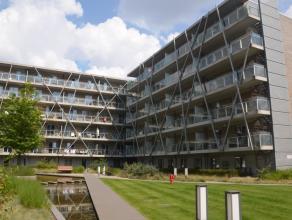Ruim appartement met 2 slaapkamers en 2 terrassen, gelegen aan het station en dichtbij alle uitvalswegen (Expressweg, E40,...). Het appartement heeft