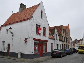 Gezellige hoekwoning in het centrum van Brugge.<br /> <br /> Indeling:<br /> Glv.: inkom (20m²) met gaskachel - eetruimte (13m²) met gaskach