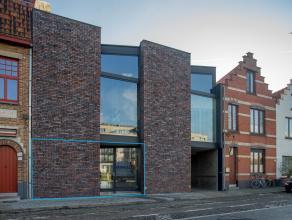 Recente kantoorruimte (ca. 75m²) op een boogscheut van het centrum van Brugge.<br /> <br /> INDELING:<br /> Gelijkvloers bestaande uit:<br /> &gt