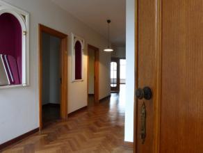 Dit appartement steekt met kop en schouder boven alle andere appartementen uit door zijn buitengewone oppervlakte!!! Met maar liefst 261 m² bruik