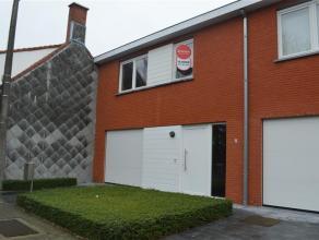 Ruim huis omvat:<br /> inkom - apart toilet - woonkamer met ingerichte keuken - garage - 3 slaapkamers waarvan 1 met aanpalende berging - aparte bergi