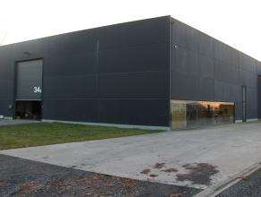 Moderne atelier van ca. 311m² met bureeltje op een boogscheut van de afrit Roeselare-Izegem. <br /> <br /> Atelier - specificaties:<br /> - 1 ele