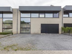 Ruime gezinswoning met drie slaapkamers, garage en tuin gelegen in een rustige buurt en nabij invalswegen en het centrum van Kortrijk.<br /> <br /> In