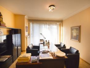 Het bureau/handelspand is gelegen op de eerste verdieping van een kleine mede-eigendom. <br /> Oorspronkelijk was het een 2-slaapkamer appartement, he