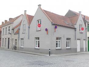 Deze gerenoveerde instapklare woning is rustige gelegen in het centrum van Brugge. De woning beschikt over 3 slaapkamers, een gezellige woonkamer,  ru