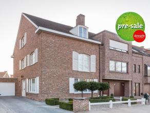 Deze solide half-open bebouwing met heerlijk zonnige achtertuin is gelegen in het gegeerde Sint-Elisabeth. Het huis is gebouwd in 1975 en ligt in een