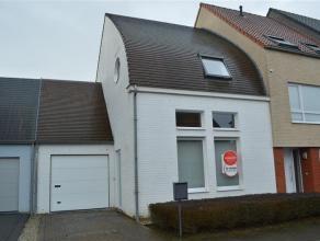Gezellige en lichtrijke woning vlakbij centrum Roeselare!<br /> <br /> De woning bestaat uit:<br /> inkom met apart toilet - woonkamer - keuken (voorz